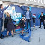 Pau i Marc Gasol, l'alcaldessa, i els infants han destapat la seu de la fundació // Gasol Foundation