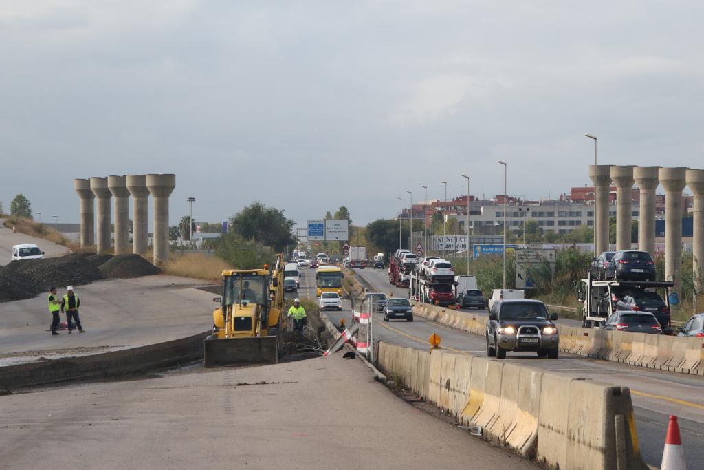 Les màquines han començat a treballar per reobrir el vial tallat // Ajuntament de Sant Boi