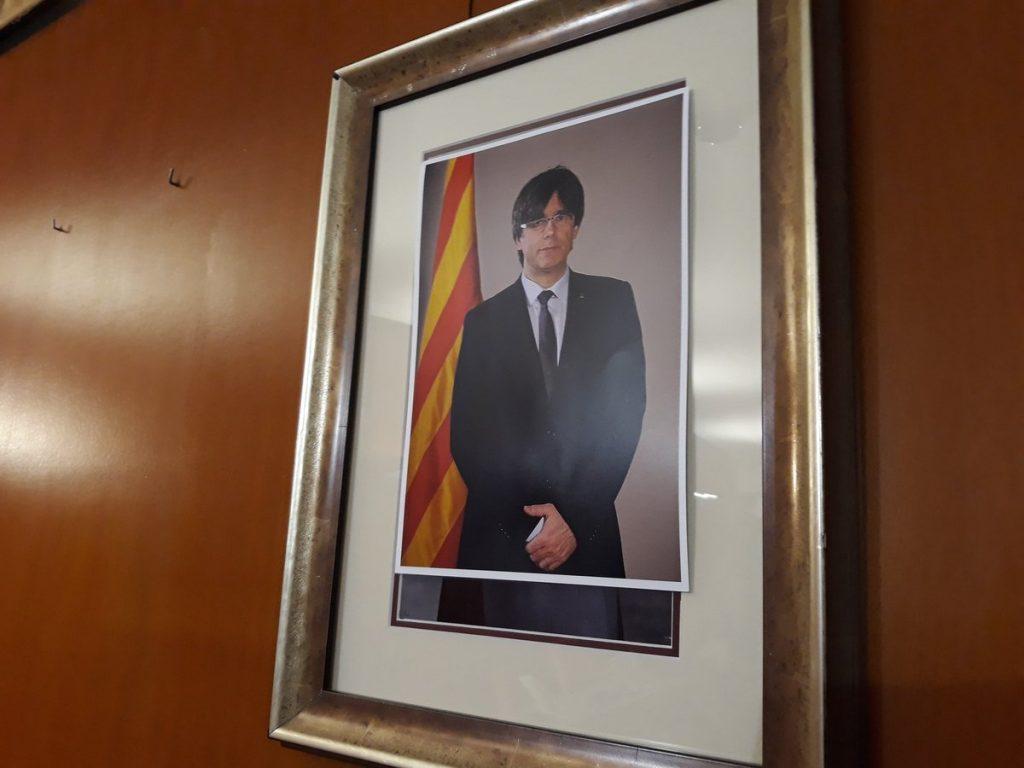 Van tapar la foto de Felip VI amb una de Carles Puigdemont // CDR Sant Boi