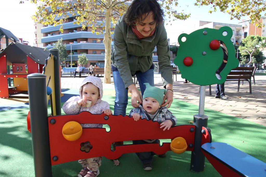 El parc infantil de la plaça de Catalunya de Sant Boi té nous elements de joc i terra de cautxú // Ajuntament de Sant Boi