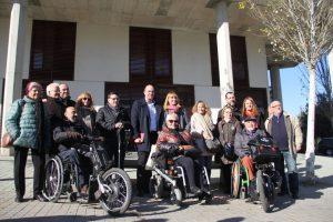 Els membres del PSC han criticat, des de la porta de la futura llar residència per a discapacitats intel·lectuals, que segueixi tancada // Jordi Julià